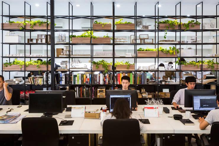 Espaces de bureaux modernes par MIA Design Studio Moderne