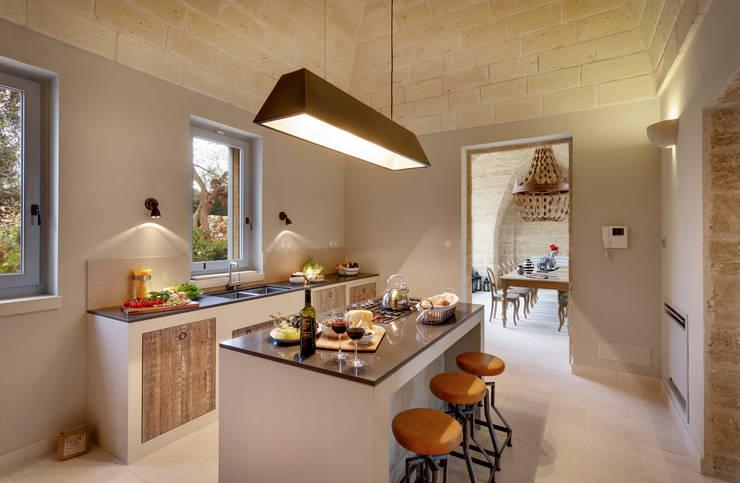 CASA DI CAMPAGNA: Cucina in stile  di architetto stefano ghiretti