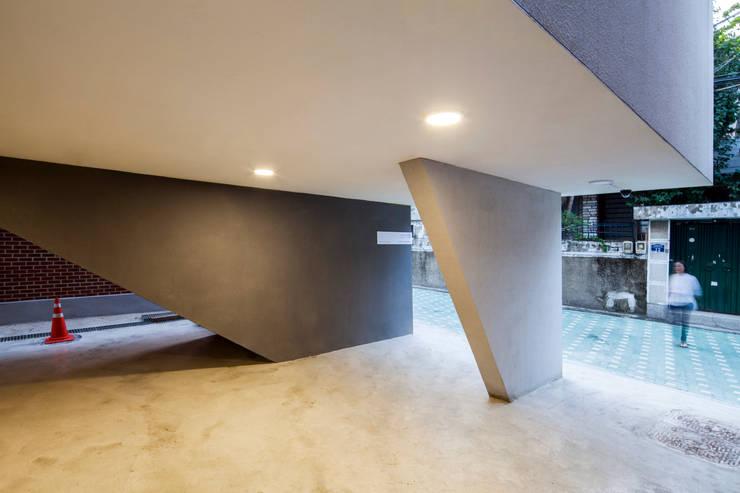Ingresso & Corridoio in stile  di 수상건축
