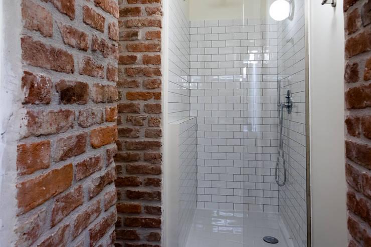 Casa privata a Milano: Bagno in stile  di Laura Galli Architetto