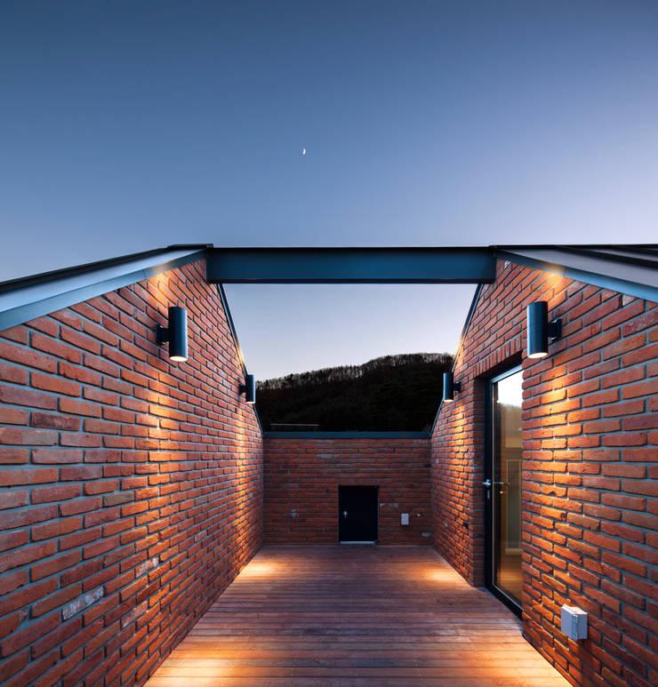 운중동 bookstep 2.5: (주)유타건축사사무소 의  주택