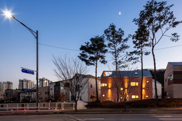 Casas de estilo  por (주)유타건축사사무소 , Moderno