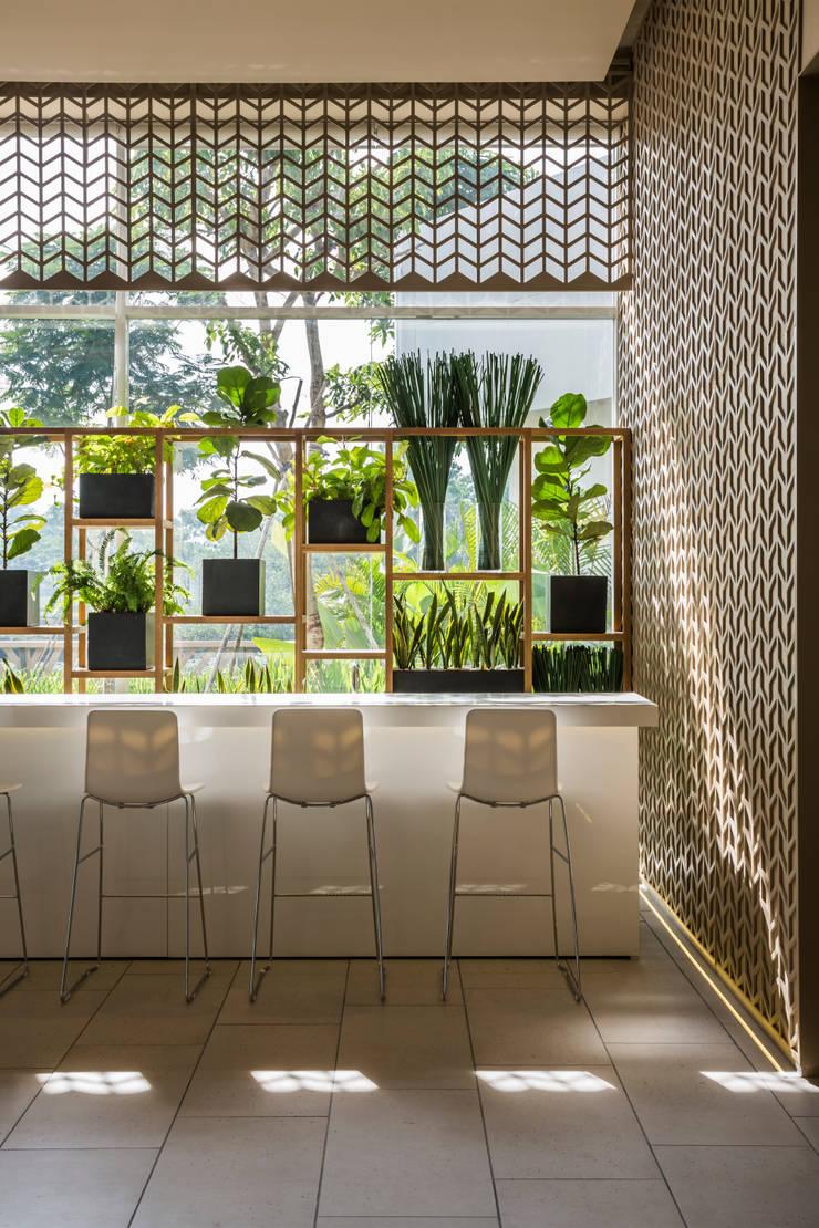 Dining room by MIA Design Studio, Modern