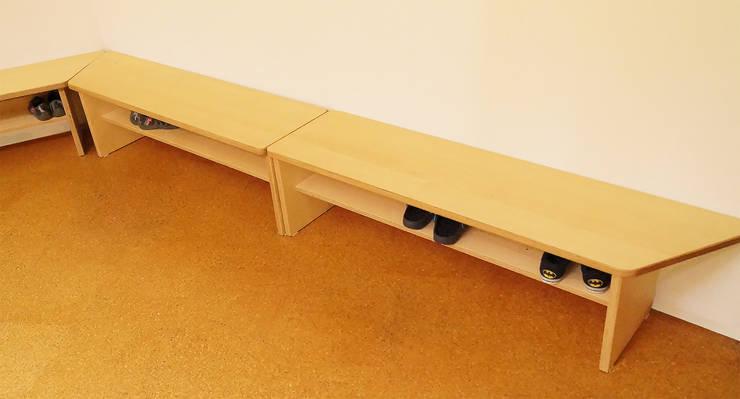 Neue Bänke zum Sitzen und Schuhe lagern:  Schulen von Schreinerei & Innenausbau Fuchslocher