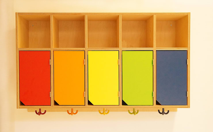 Hängeregale mit bunten Türen und Garderobenhaken:  Schulen von Schreinerei & Innenausbau Fuchslocher