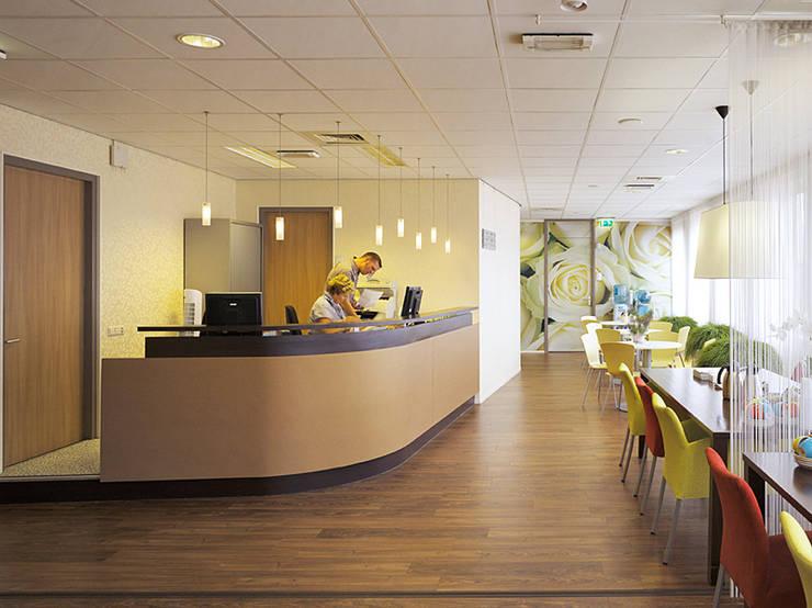 Receptiebalie:  Gezondheidscentra door Jan Detz Interieurarchitect, Modern