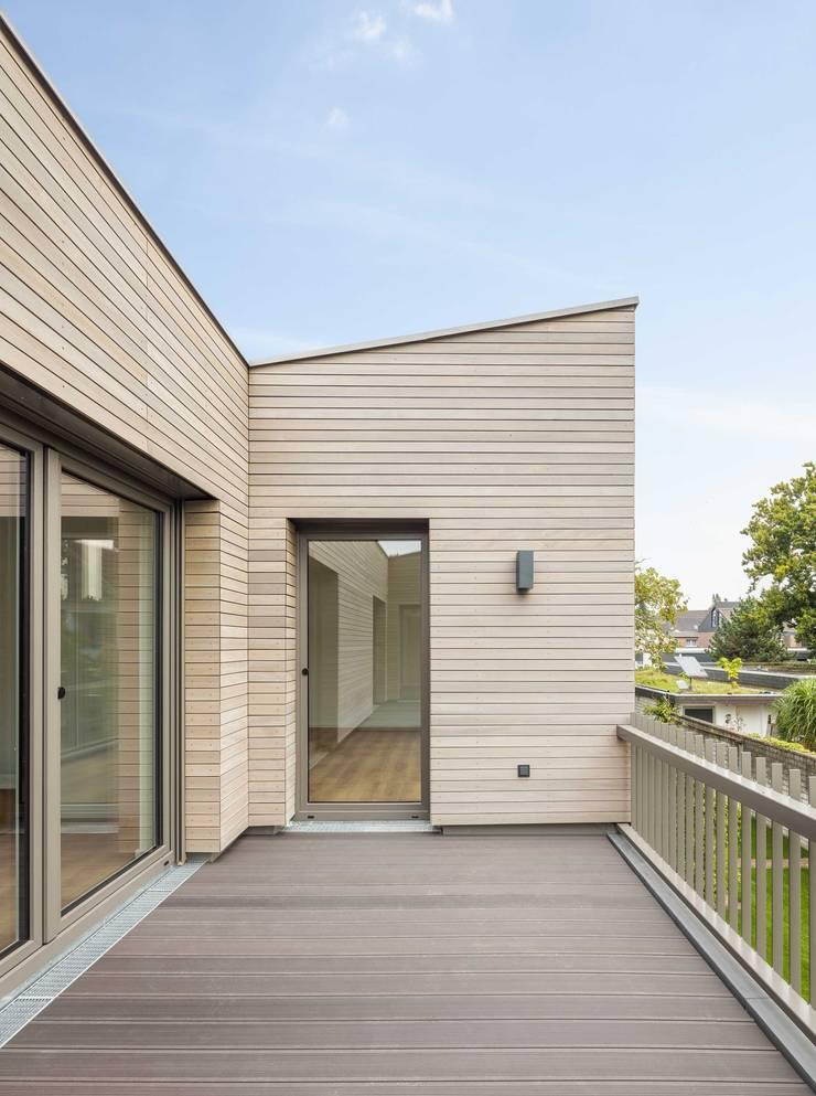 Modern balcony, veranda & terrace by ZHAC / Zweering Helmus Architektur+Consulting Modern Wood Wood effect