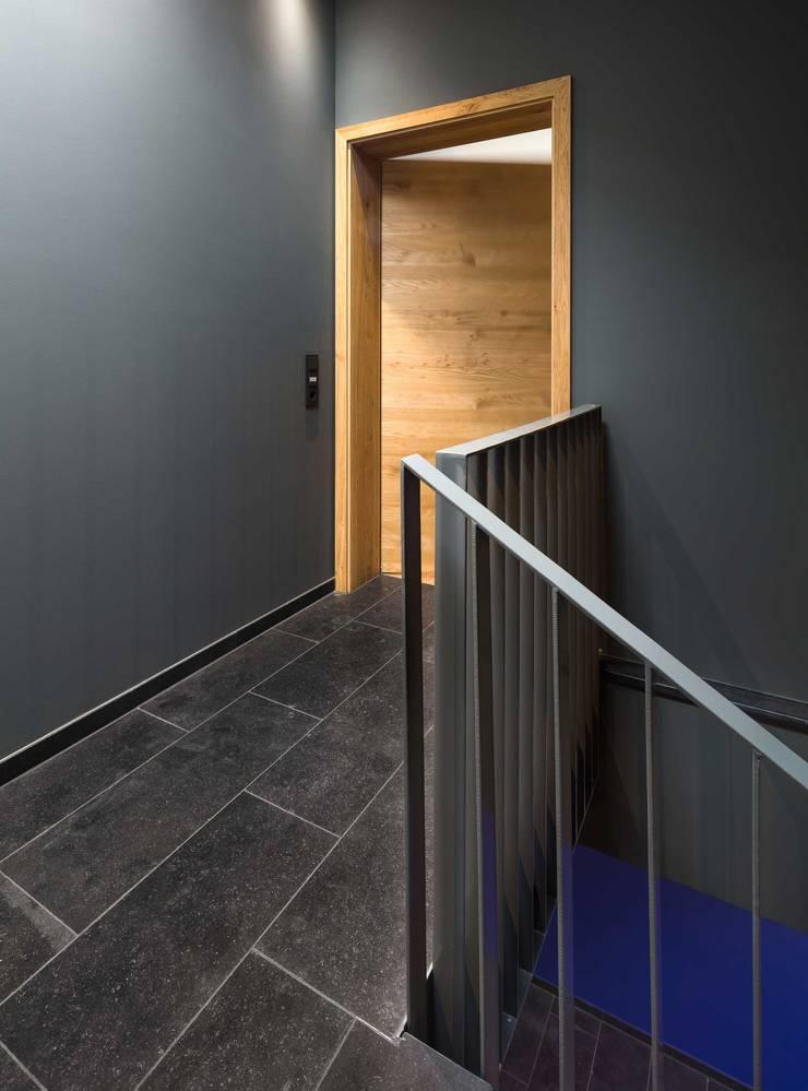 Modern corridor, hallway & stairs by ZHAC / Zweering Helmus Architektur+Consulting Modern Limestone