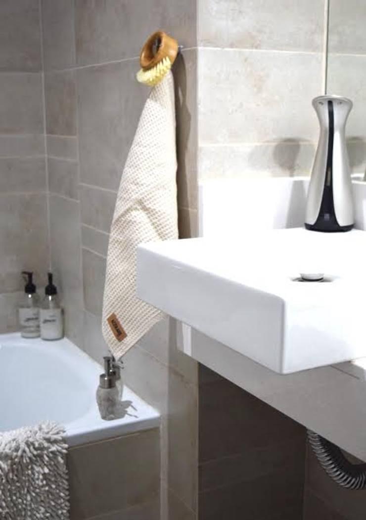 Linea CUCINA • 100% algodon •: Baños de estilo  por AZZULARQ.com,