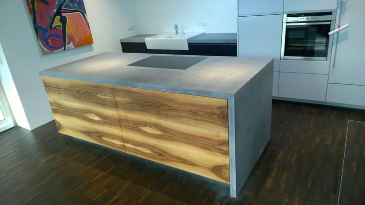 Betonküchenabdeckung: moderne Küche von Traumraum&beton DESIGN by NONNAST