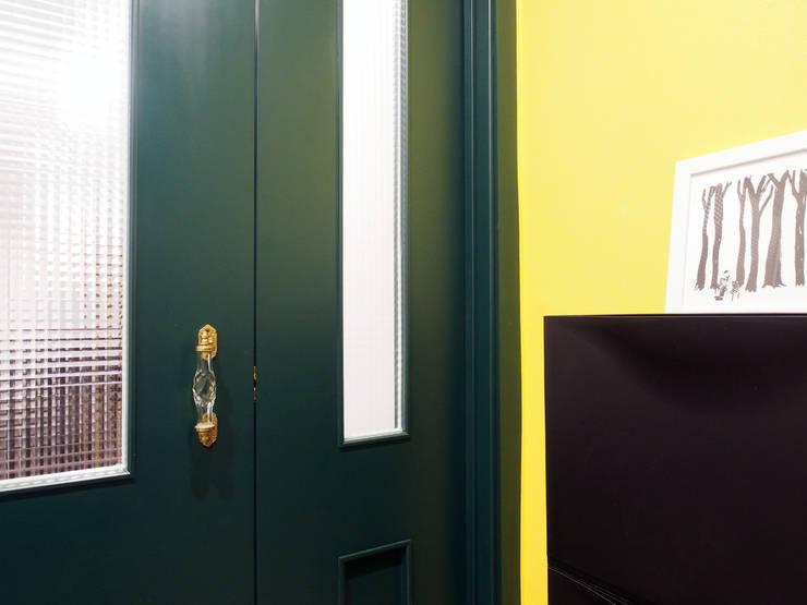 Puertas de estilo  por 달달하우스