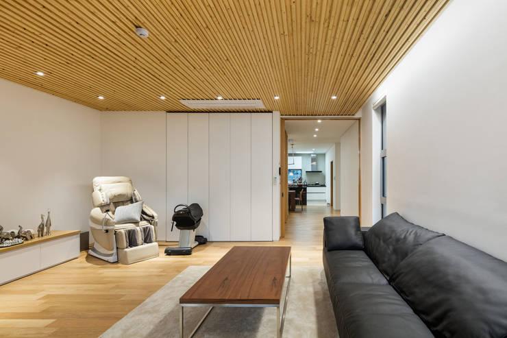 Salas / recibidores de estilo  por 투엠투건축사사무소, Moderno