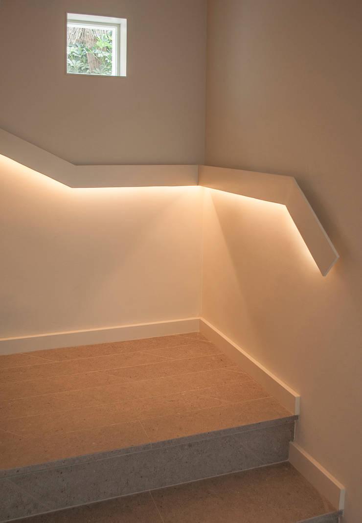 Escalera: Pasillos y vestíbulos de estilo  de Rardo - Architects