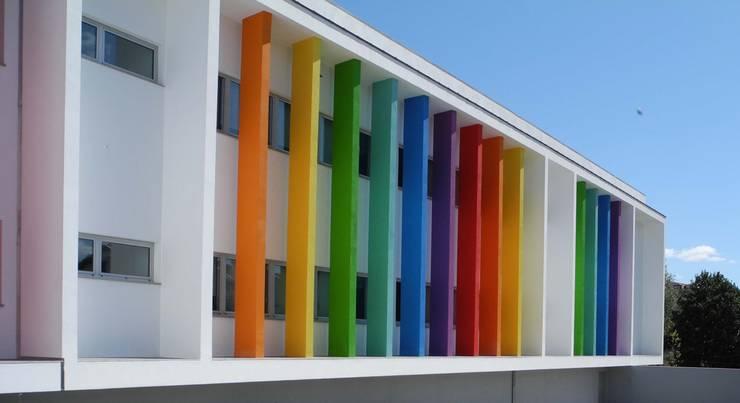 alçado com cor: Escritórios e Espaços de trabalho  por Oficina de Conceitos,Moderno
