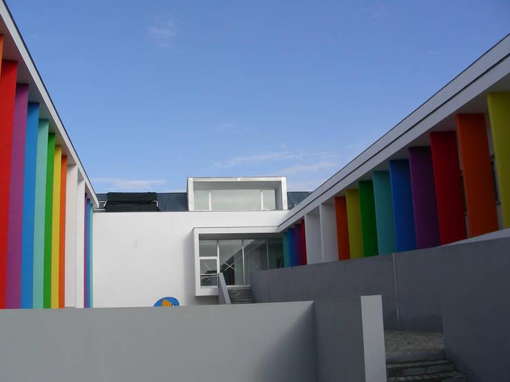Um pátio protegido do exterior: Telhados  por Oficina de Conceitos,Moderno