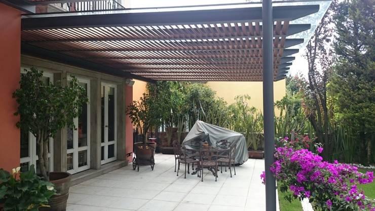 Pérgola Híbrida en Tequisquiapan: Terrazas de estilo  por Materia Viva S.A. de C.V.