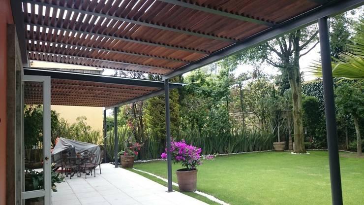 Pérgola Híbrida en Tequisquiapan: Jardines de estilo  por Materia Viva S.A. de C.V.