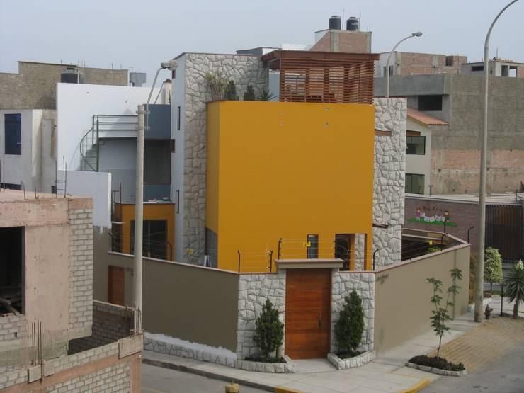 Casa D Santiago de Surco: Casas de estilo moderno por Arquitotal SAC
