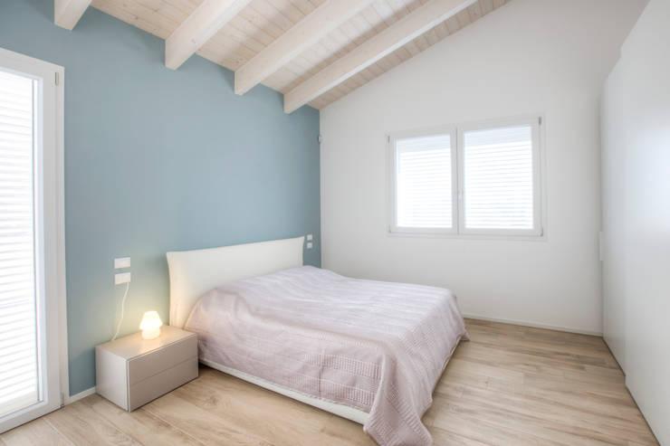 Projekty,  Sypialnia zaprojektowane przez Progettolegno srl