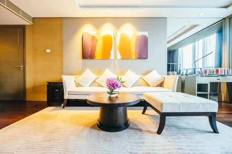 Elegant Hotel:  Bedroom by Bakti Architect