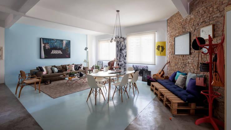Sala de Estar integrada a Sala de Jantar estilo moderno e contemporâneo com parede de tijolinhos: Salas de estar  por Decoradoria