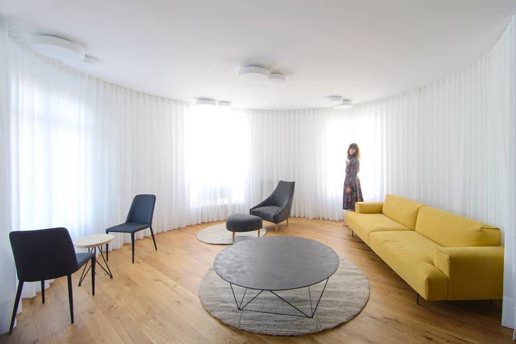 Salon de style  par Garmendia Cordero arquitectos, Minimaliste