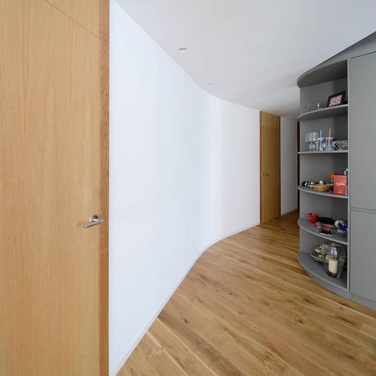 Couloir et hall d'entrée de style  par Garmendia Cordero arquitectos, Minimaliste
