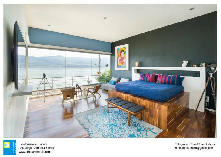 Casa Vista Lago: Recámaras de estilo  por Excelencia en Diseño