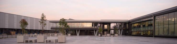 Centro logístico Kaufmann Altos de Lampa: Concesionarias de automóviles de estilo  por Bschneider Arquitectos e Ingenieros