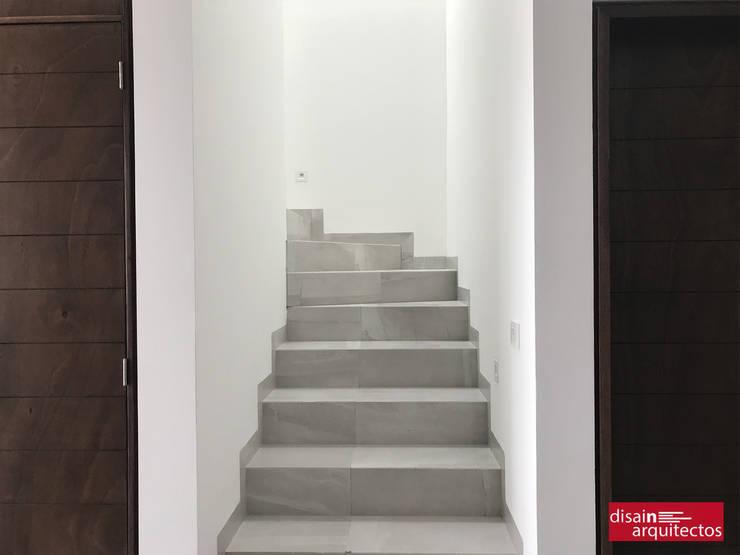 Casa Nõbu: Pasillos y recibidores de estilo  por disain arquitectos