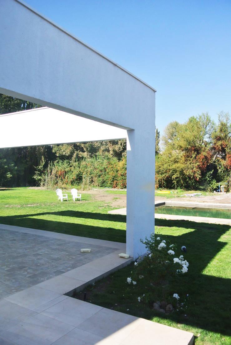 Casa Los Peumos: Terrazas  de estilo  por AtelierStudio