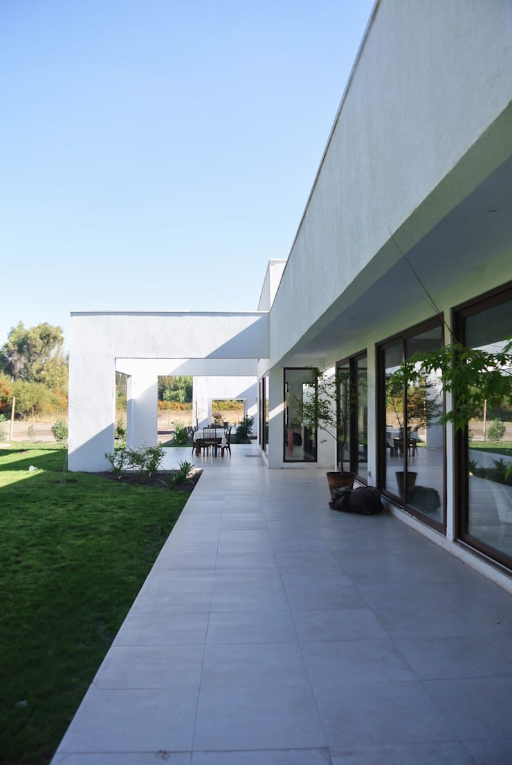 Casa Los Peumos:  de estilo  por AtelierStudio