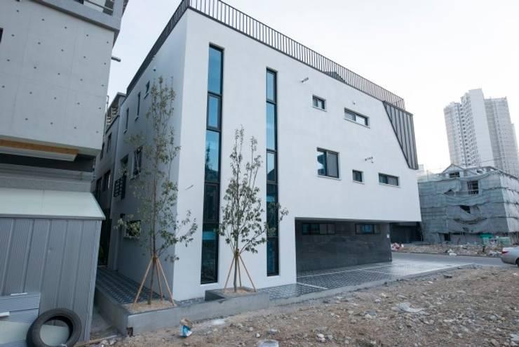 가촌리 상가주택: 피앤이(P&E)건축사사무소의  주택