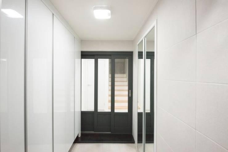 Couloir et hall d'entrée de style  par 피앤이(P&E)건축사사무소,
