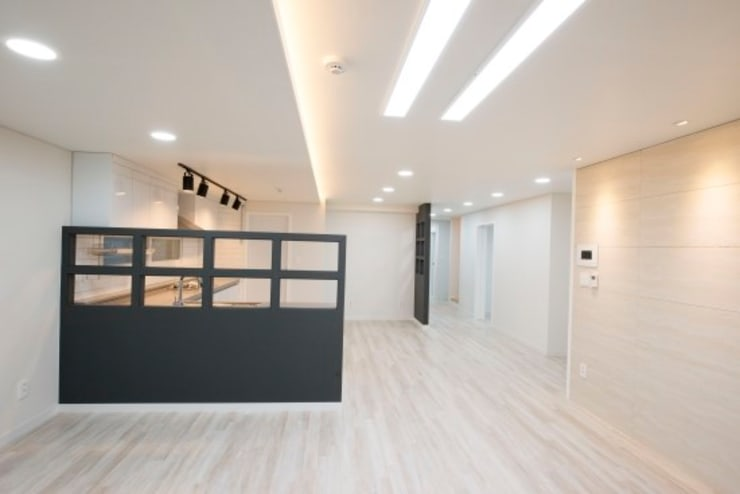 가촌리 상가주택: 피앤이(P&E)건축사사무소의  거실
