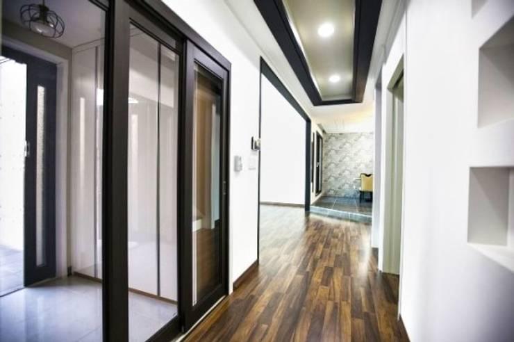 울산시 울주군 은편리 단독주택/목조주택: 피앤이(P&E)건축사사무소의  복도 & 현관