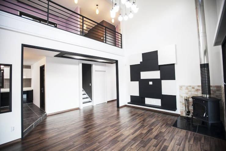 울산시 울주군 은편리 단독주택/목조주택: 피앤이(P&E)건축사사무소의  거실