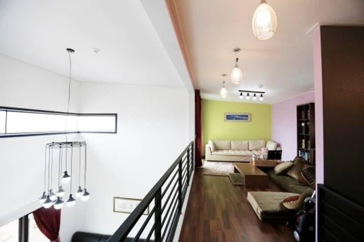 울산시 울주군 은편리 단독주택/목조주택: 피앤이(P&E)건축사사무소의  서재 & 사무실