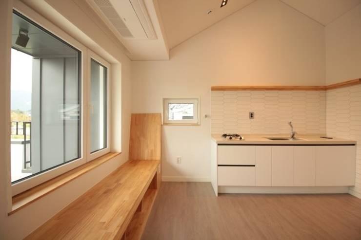 양산 물금 증산리 물금택지지구(A3-539-6) 단독주택: 피앤이(P&E)건축사사무소의  주방