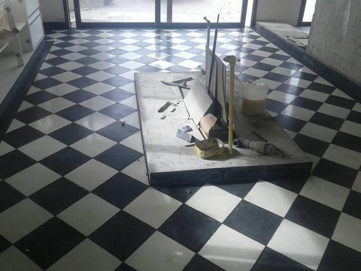 PISO DAMERO COCINA: Paredes de estilo  por CRUZAT ARQUITECTURA Y CONSTRUCCION