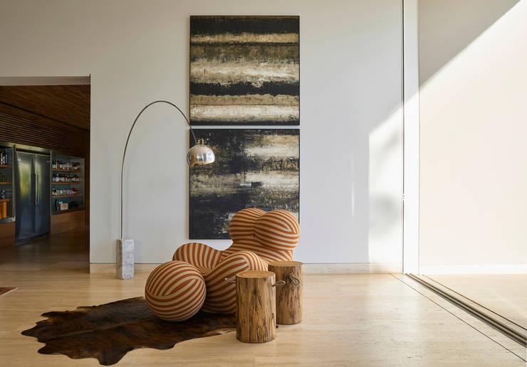 Canto da sala de estar, destaque para a poltrona Donna: Sala de estar  por Lanza Arquitetos