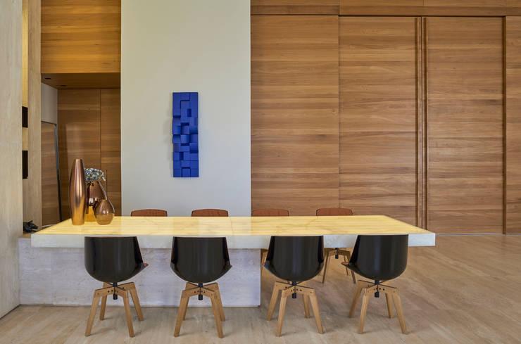 Mesa do bar da Sala de Estar: Onix sobre estrutura de metal: Sala de jantar  por Lanza Arquitetos
