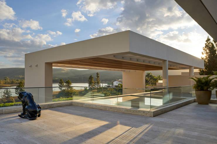 Casa em Nova Lima-MG: Terraços  por Lanza Arquitetos