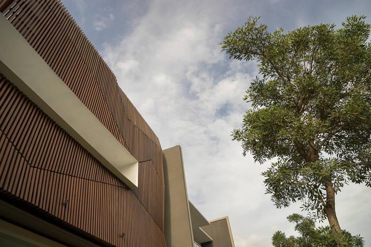 'S' house: Rumah tinggal  oleh Simple Projects Architecture, Tropis Besi/Baja