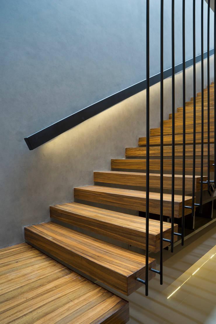 'S' house: Koridor dan lorong oleh Simple Projects Architecture, Tropis Kayu Lapis