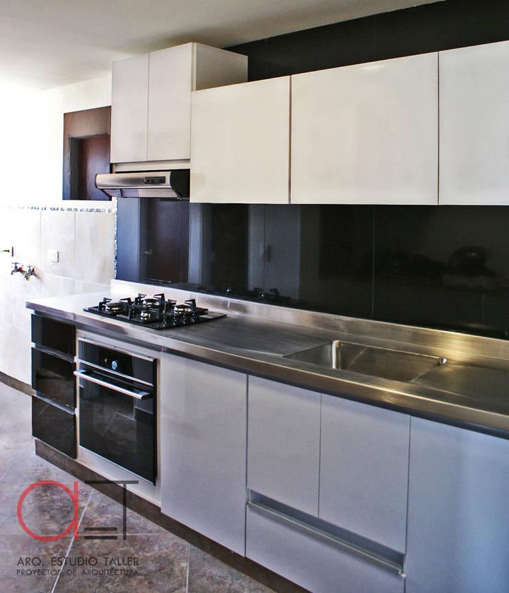 Cocina integral:  de estilo  por Arq. Estudio Taller, Moderno Madera Acabado en madera