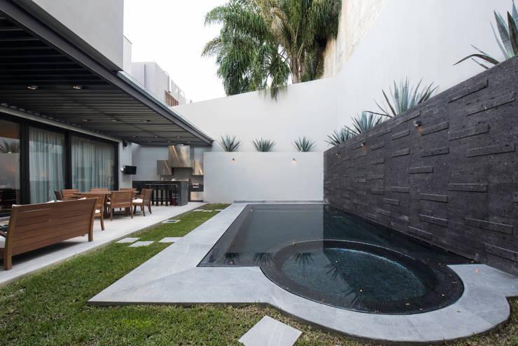 TERRAZA - ALBERCA: Albercas de jardín de estilo  por Rousseau Arquitectos