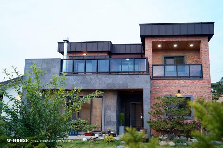 청원3호 팔봉리 45평형 ALC복층주택: W-HOUSE의  전원 주택,