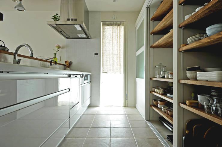 造作収納でカフェみたい1清潔感あふれるキッチン空間: タイコーアーキテクトが手掛けたキッチンです。