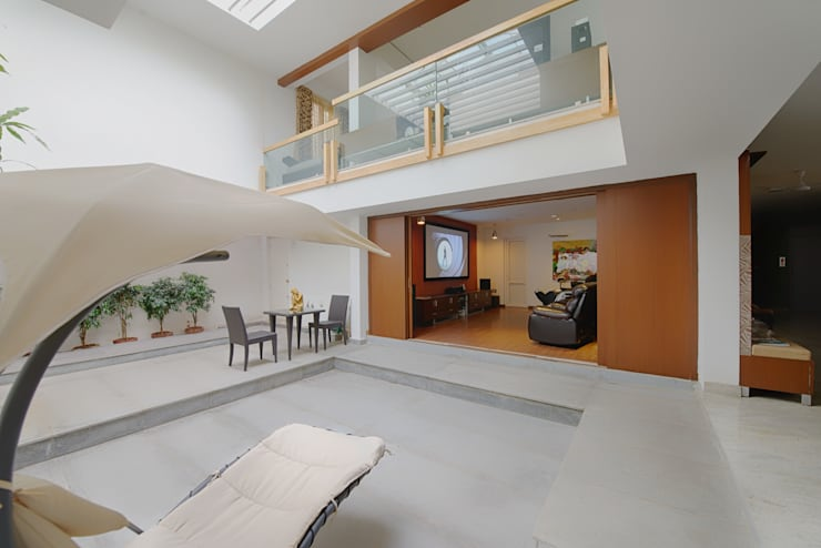Mobius Home:  Living room by Architecture Continuous